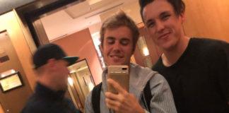 Justin Bieber grabs crotch