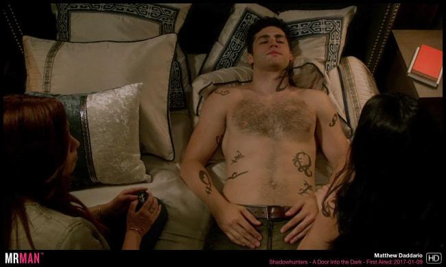 Matthew Daddario torse nu au lit
